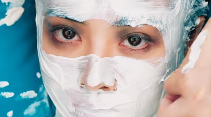 為了達到外界對於美的期待,蔡依林塗上油彩入鏡。(翻攝自蔡依林〈怪美的〉MV)