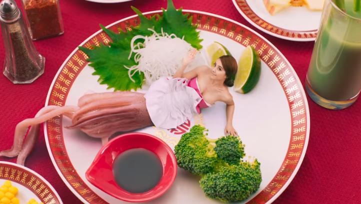 蔡依林的金曲造型被說是烤花枝,乾脆在MV中讓自己變成海產攤花枝。 (翻攝自蔡依林〈怪美的〉MV)