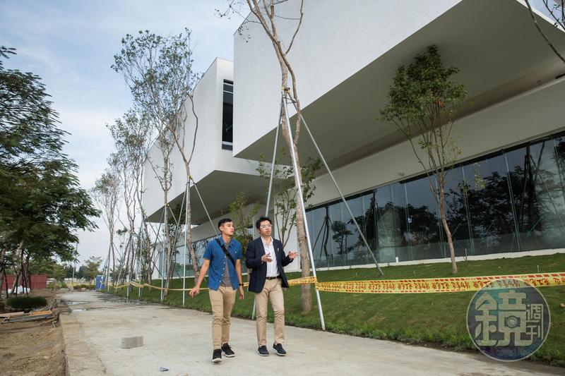 20多年前,羅耕甫在高雄最大的張文明建築師事務所10.5個月就學會立面圖,轉進建設公司擔任工地主任,他目前接建築案也是從設計到興建一條龍服務。