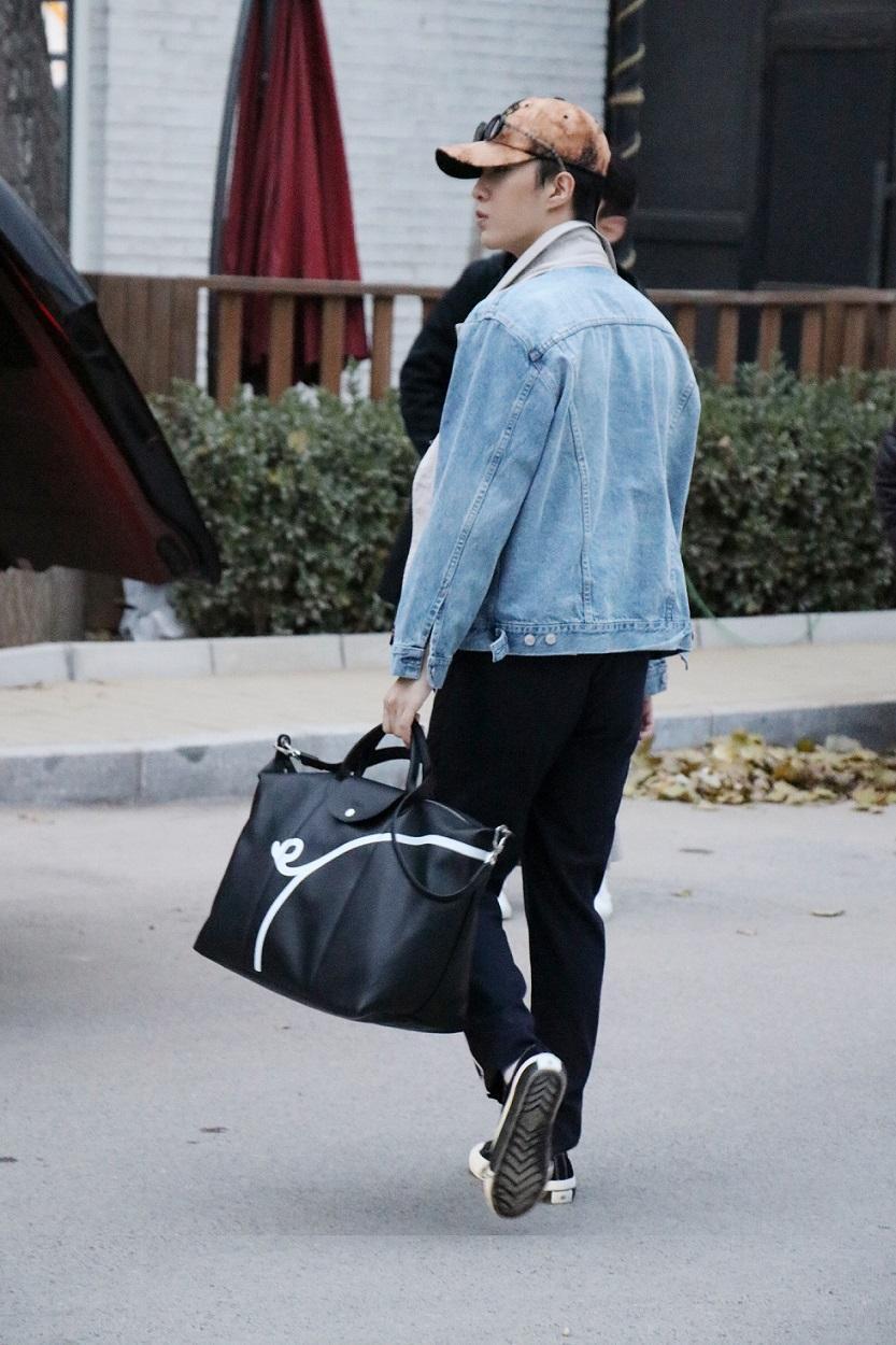 范丞丞手拎Longchamp豬年限定旅行袋,表露可愛帥氣氣質。〈Longchamp提供〉
