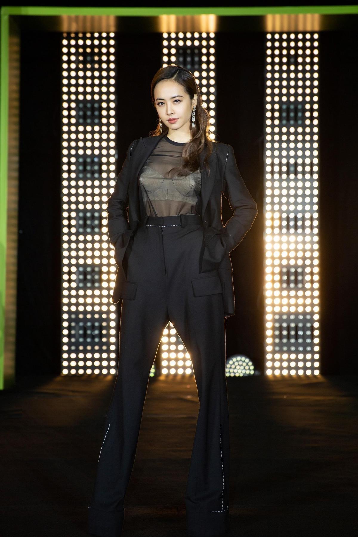 蔡依林北京舉辦發片記者會,黑色透視裝露出白色BRA低調又性感。(索尼唱片提供)