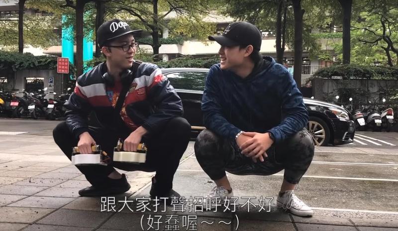 孫安佐找來康橋的同學Ian來當助手協助拍攝,2人一起蹲在路邊開場介紹。(翻攝自Sun Edward YouTube)