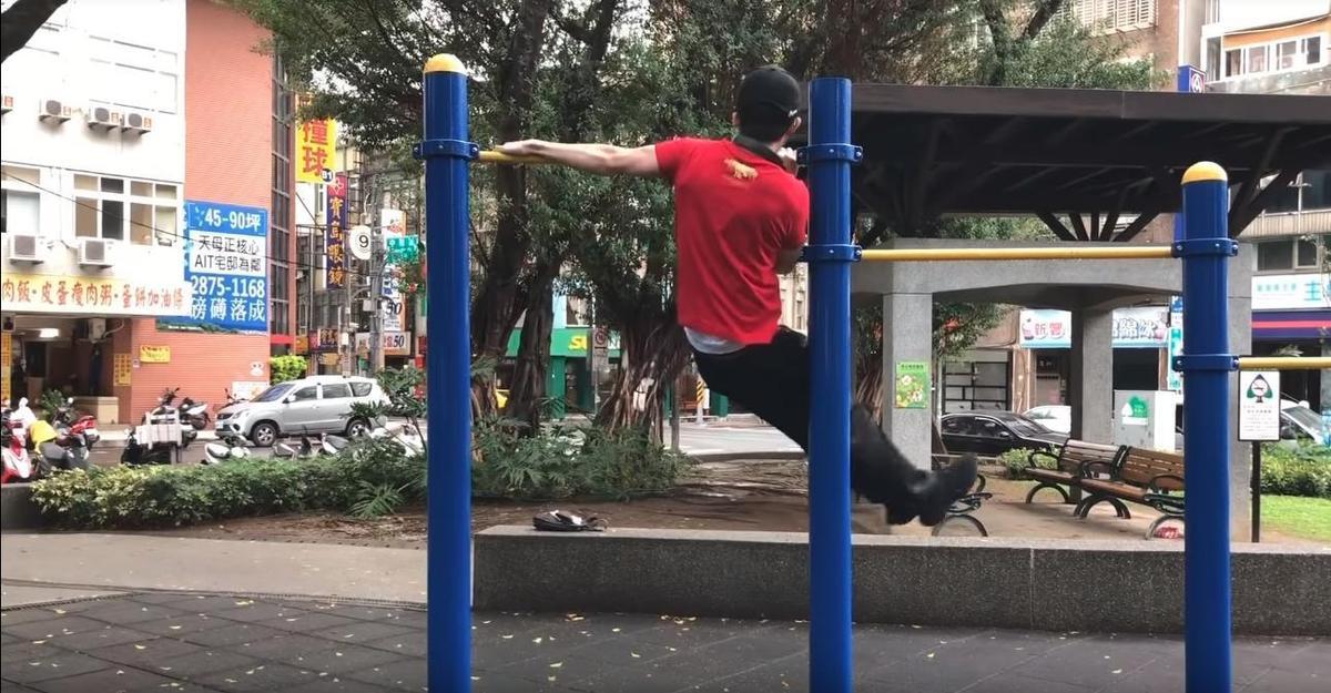 孫安佐表演了高難度的「單槓舞」作為暖身,過程相當流暢。(翻攝自Sun Edward YouTube)