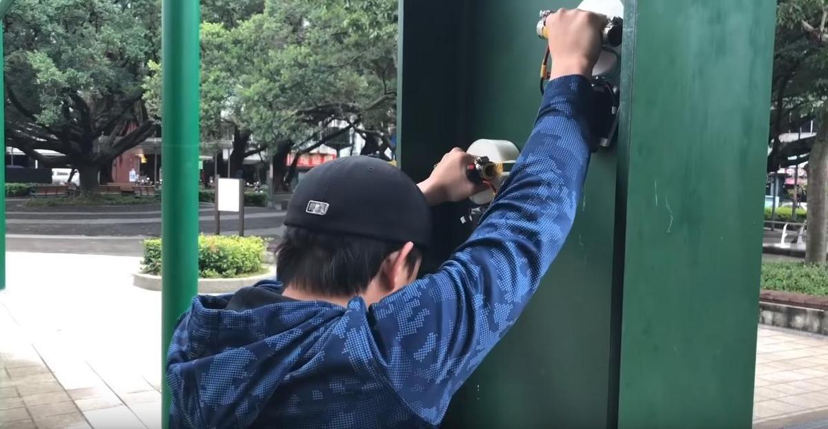 孫安佐原先想透過電磁鐵進行爬牆,不過因其中一個電磁鐵出現狀況,只能暫停這次實驗。(翻攝自Sun Edward YouTube)