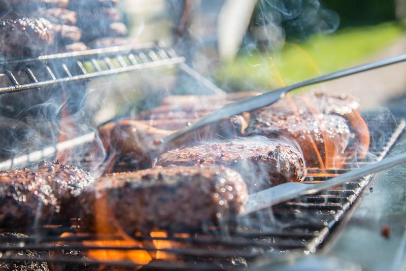 不運動、肥胖,嗜吃油膩、燒烤紅肉都是致癌因子之一。(pexels提供)