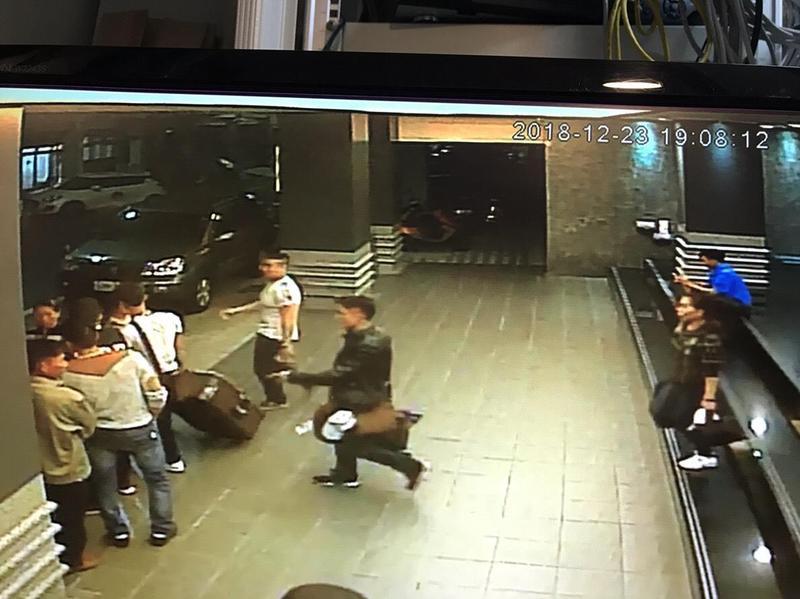 大批越南團客抵達飯店後隨即被人接應離開。(警方提供)