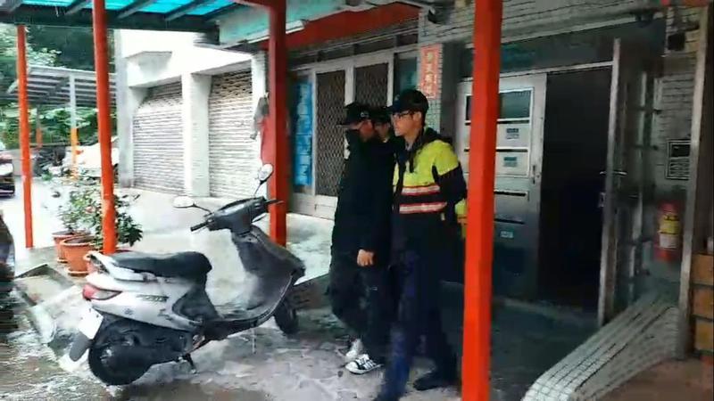林男深夜襲擊夜歸女,遭警方逮捕。(翻攝畫面)
