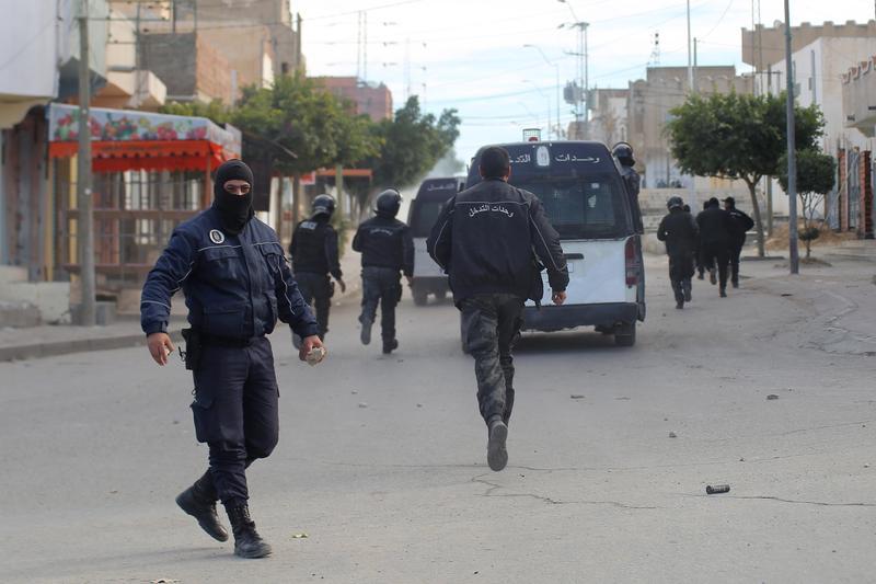 突尼西亞數十名民眾走上街頭、點燃了輪胎,占據卡塞林地區主要街道,警方則使用催淚彈驅散示威者。(東方IC)