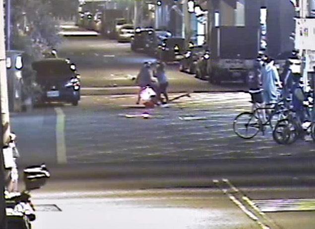 女大生所溜著滑板直接衝向機車,導致女騎士「人仰車翻」,全身多處擦傷。(警方提供)