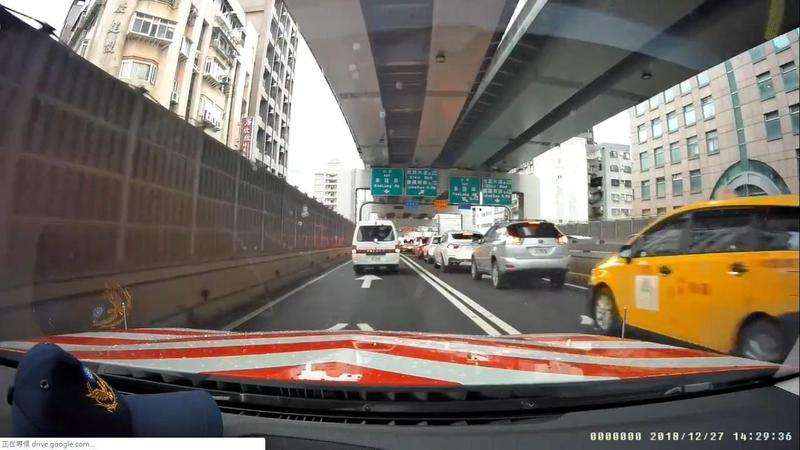 國道警察主動幫忙護送巴掌天使,沿途駕駛十分配合,車程並未耽誤。(翻攝畫面)