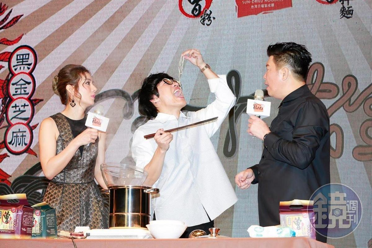 曾國城(右)邀請盧廣仲(中)替曾拌麵新品站台還現場煮麵,左為記者會主持人莎莎。