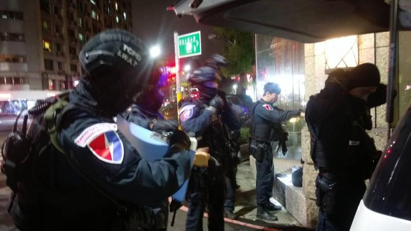 台北市特勤人員荷槍實彈將該大樓包圍。(翻攝畫面)