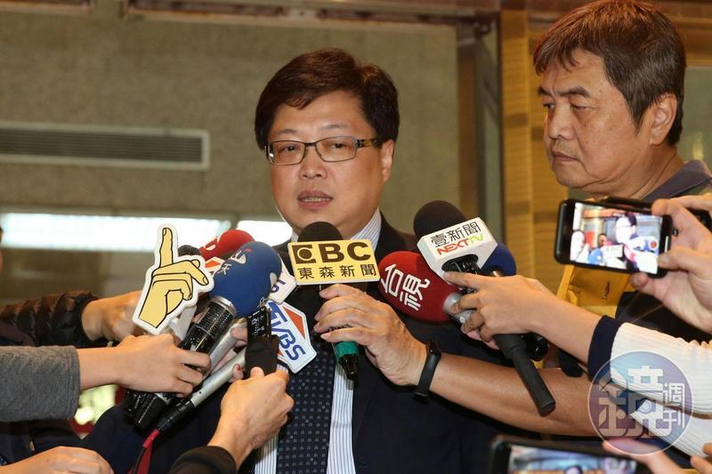 律師胡原龍上午赴北檢遞狀解除鈕承澤性侵案的委任律師資格,理由是「已完成階段性任務」。
