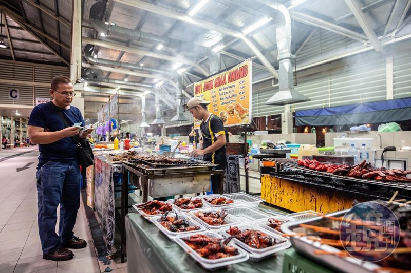 「加東夜市」有許多販賣燒烤的小攤,當地人特別喜歡吃烤魚和烤雞屁股。