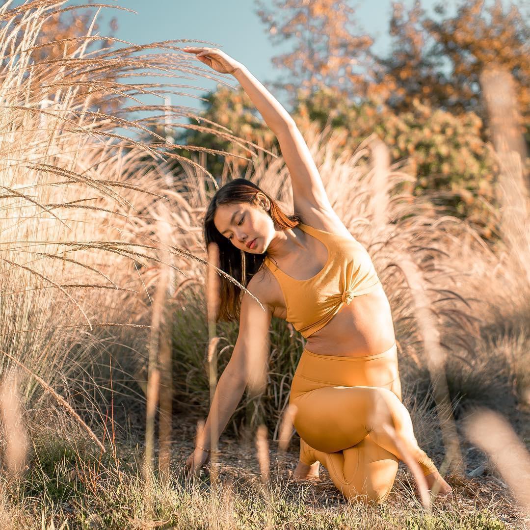 懷孕5個月的樂基兒,挺著大肚子練瑜珈。(翻攝自樂基兒IG)
