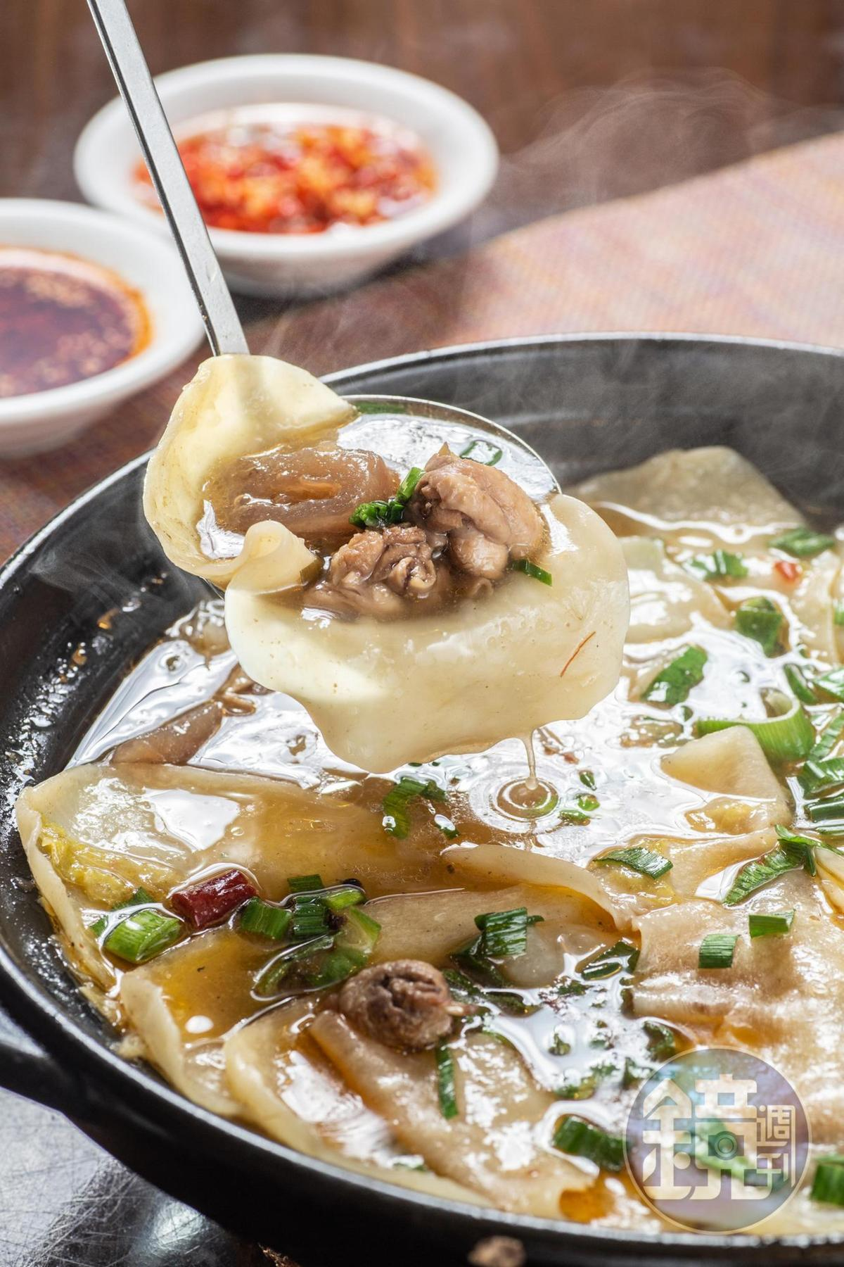 「地鍋雞」亮點在自擀的麵片和以滷蘿蔔湯、雞高湯調出的清甜湯頭。(580元/鍋)