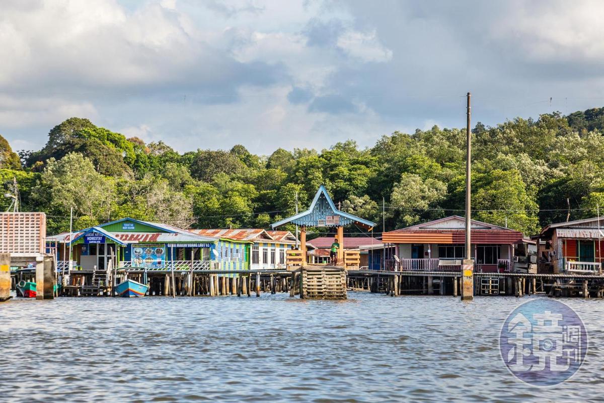 五彩繽翻的汶萊水村設有許多小型碼頭,是當地人等待水上計程車的地方。