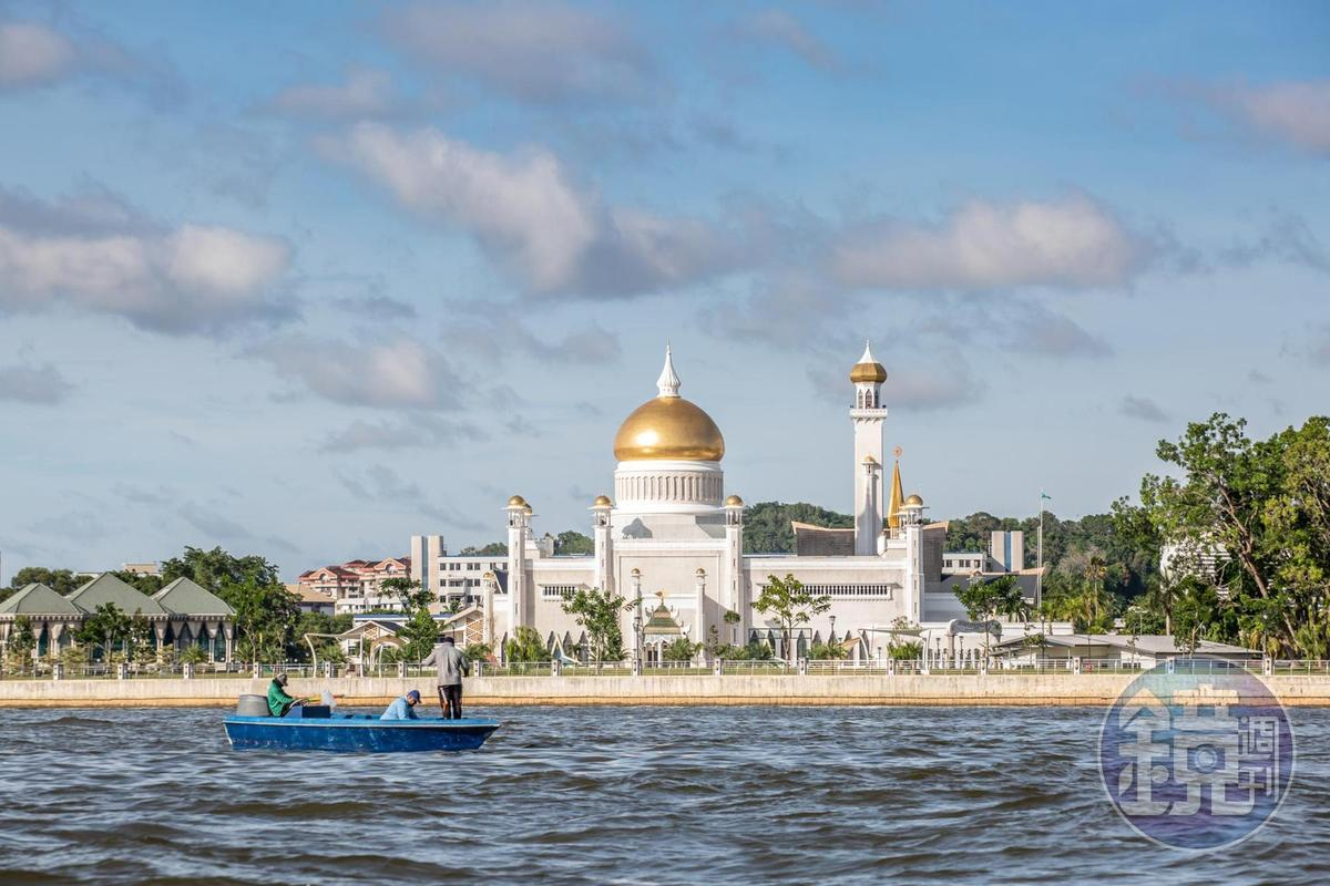 奧瑪阿里清真寺與水村遙遙相望。