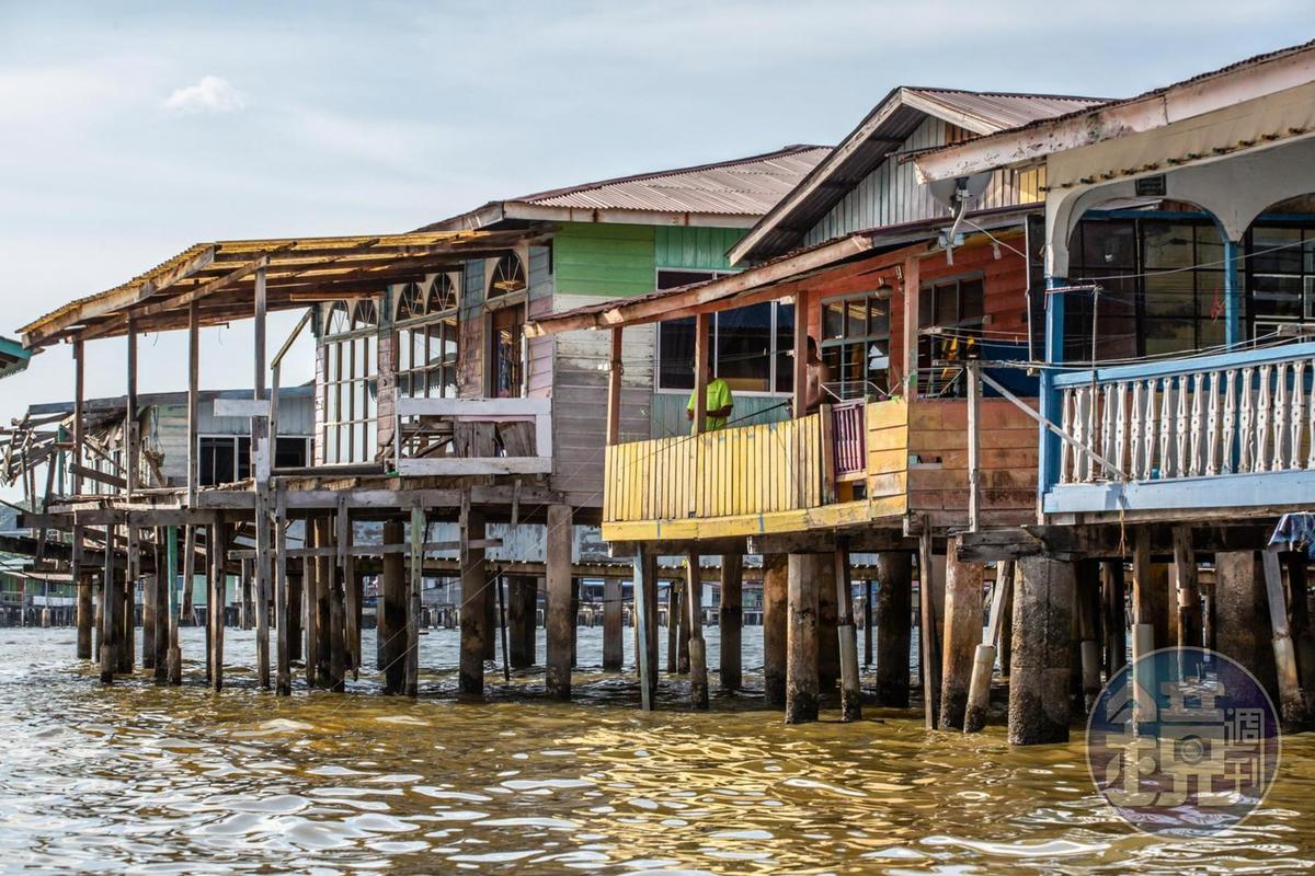 五彩繽紛的水上屋,雖然沒有新式的公共住宅新穎,卻保有更原始的生活樣貌。