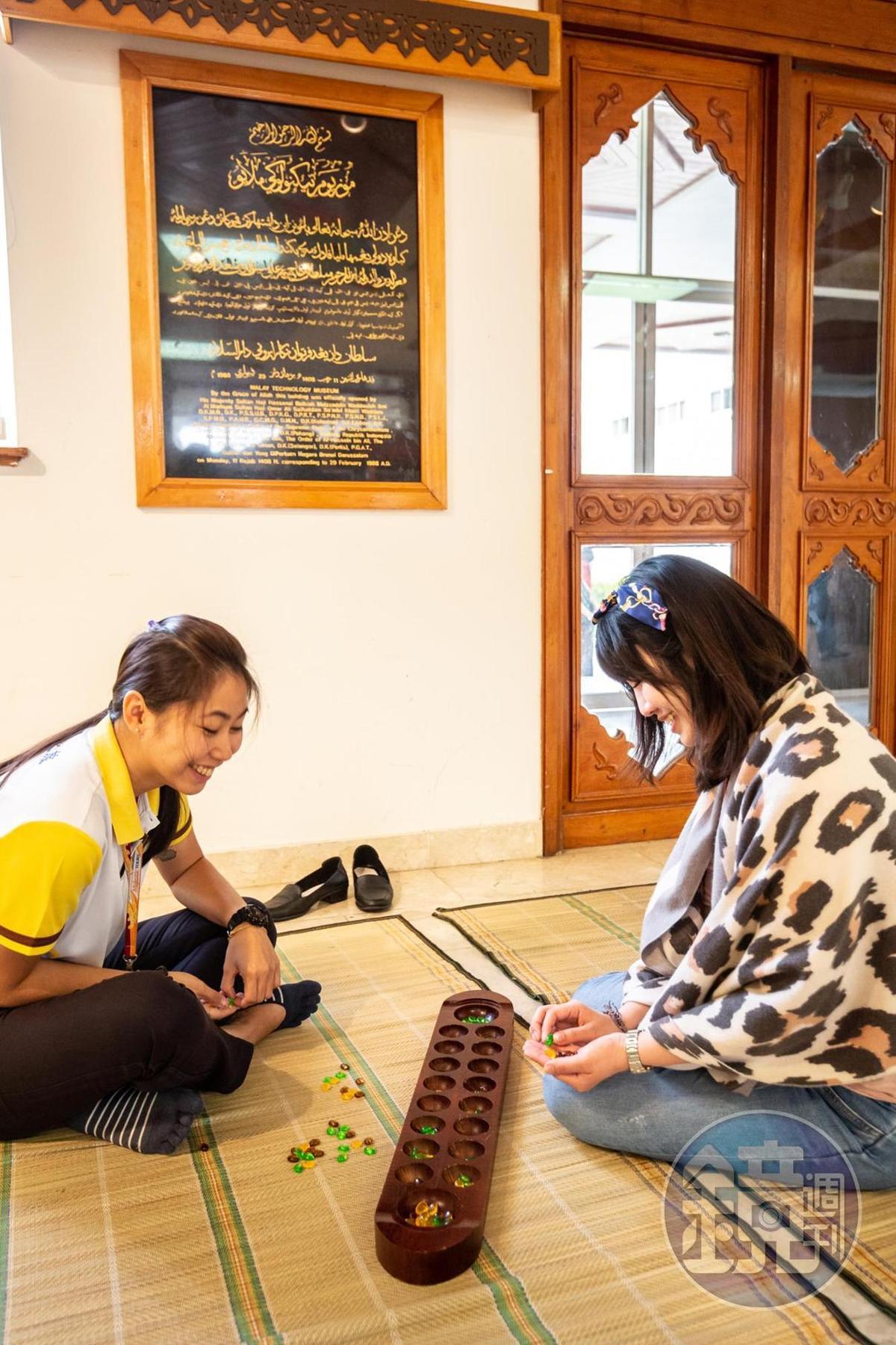 「Congkak」遊戲宛如馬來人的桌遊,考驗專注力與算術。