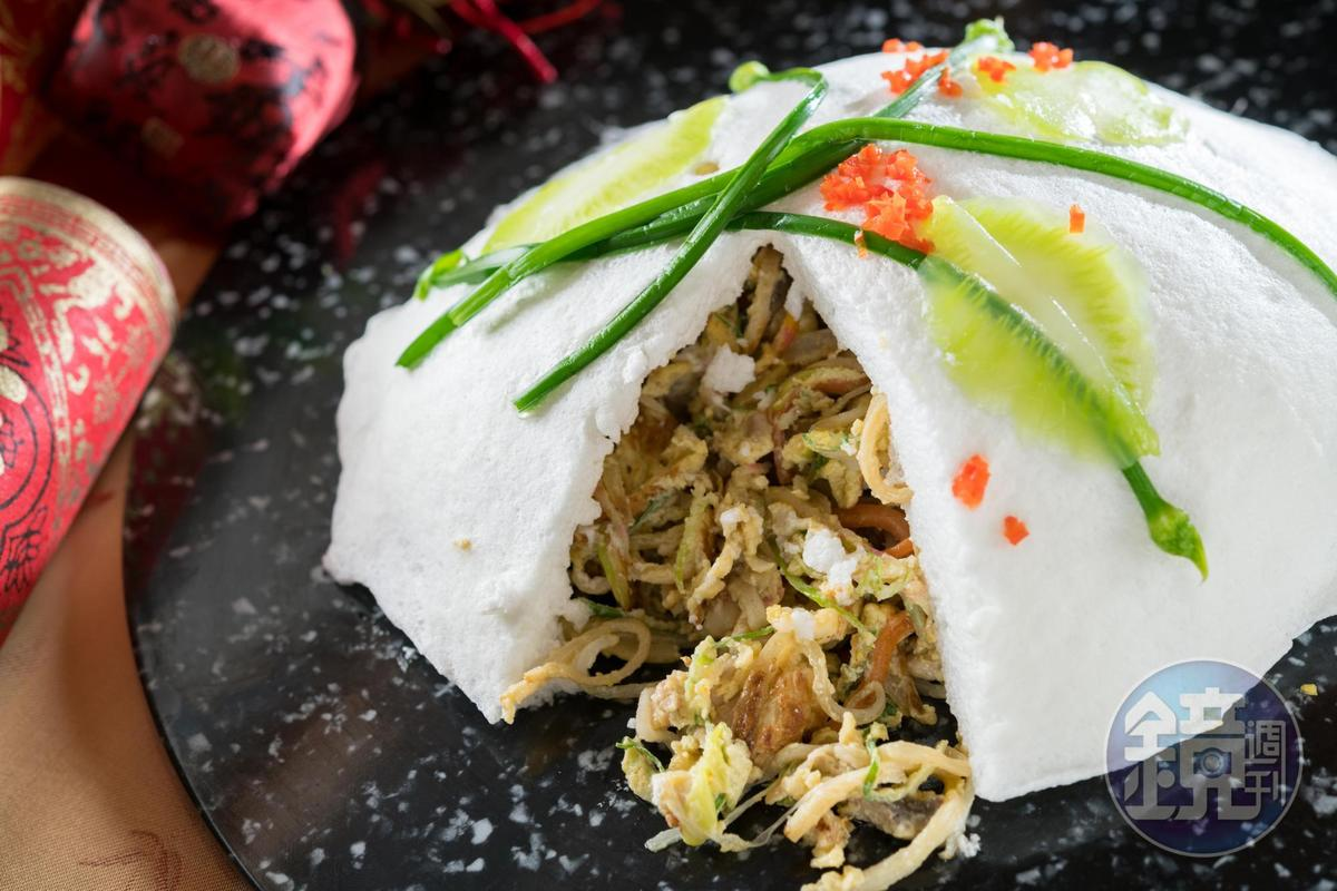 撥開蛋白探寶食材的「雪中龍花」,是早期辦桌手路菜。(需3天前預訂,1,800元/份)