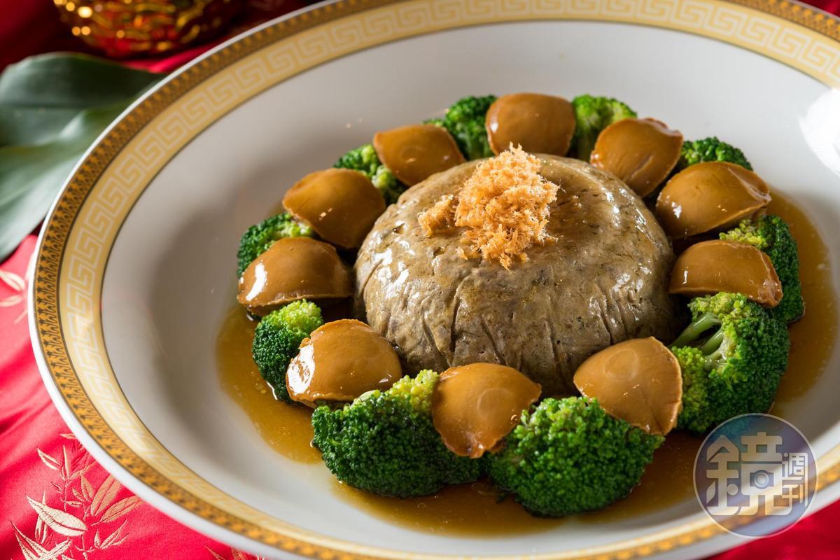 「西蘭花鮑魚肝肫」鮮腴濃口,吃肝肫還有「升官」好兆頭。(11,600元起圍爐宴菜色)