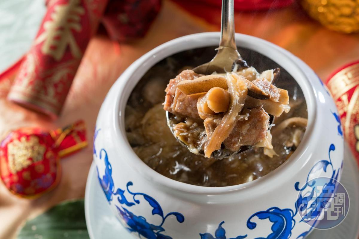 燉煮3小時的「御品佛跳牆」,琥珀湯汁好黏嘴。(11,600元起圍爐宴菜色)