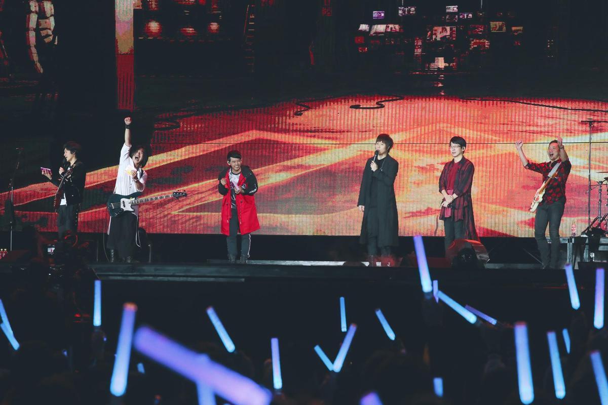 五月天開唱後,黃子佼又登台合唱〈LIVE & LIFE〉,是2人首度一起合唱新歌。(相信音樂提供)