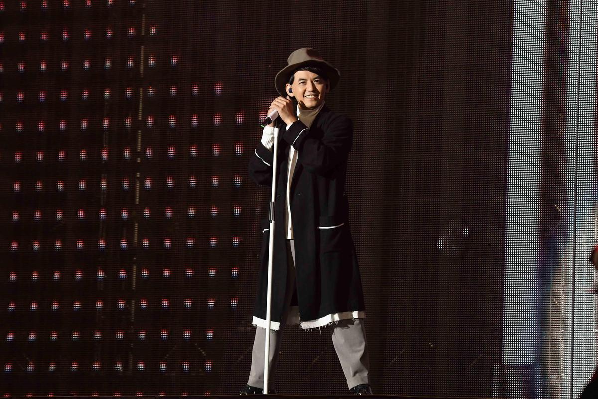 黃子佼答謝阿信等人仗義相助新專輯歌曲,特別捧著熱騰騰專輯送上。(相信音樂提供)