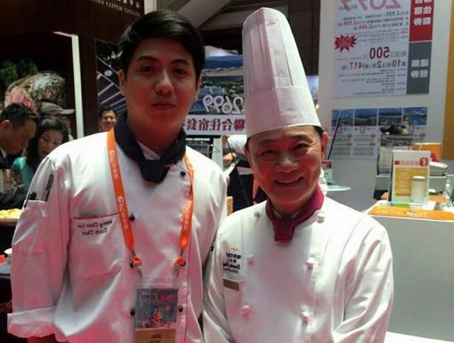 型男主廚游甯鈞(左)曾與阿基師合影,原本前途一片光明,如今卻成為搶匪,令人不勝唏噓。(翻攝臉書)