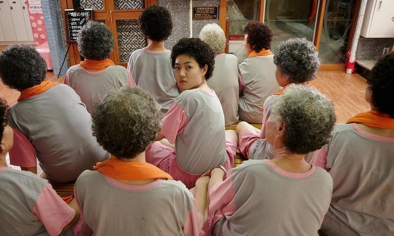 沈恩敬(中)主演的《回到20歲》,以小兵立大功之姿在韓國締造逾新台幣18億元好票房。(翻攝自Daum)