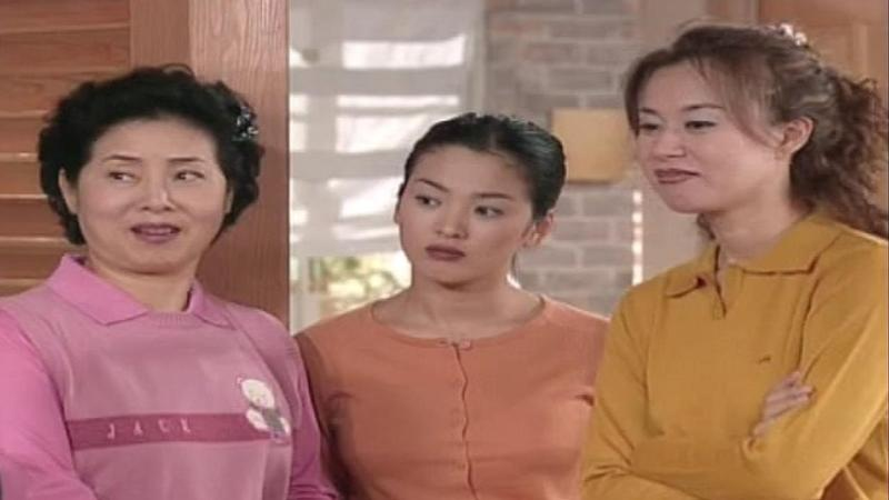 申東益編劇的情境喜劇《順風婦產科》,成功捧紅女星宋慧喬(中)。(翻攝自SBS電視台官網)