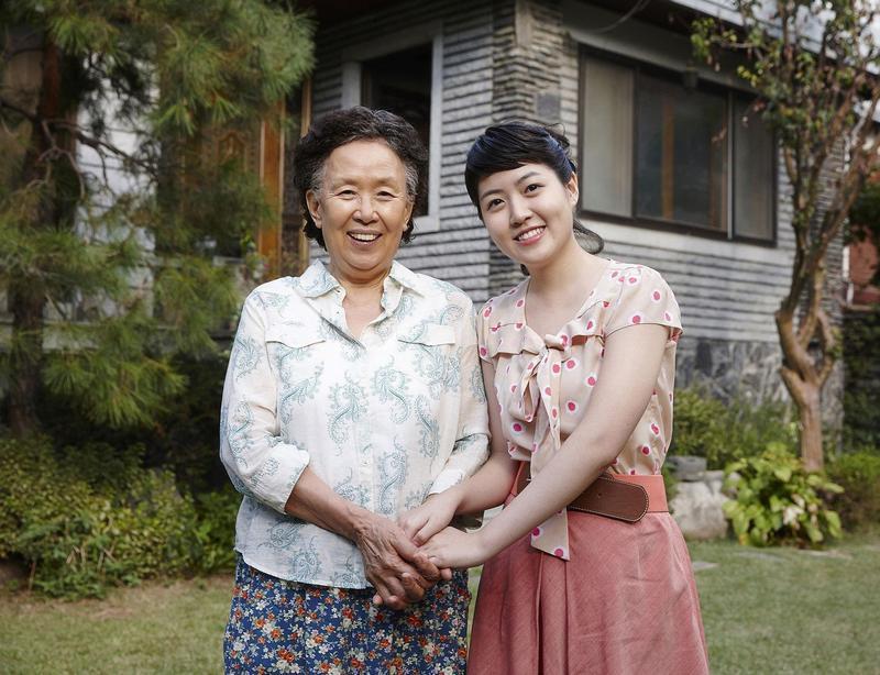 《回到20歲》大膽啟用不具票房保證的沈恩敬(右)及羅文熙主演,卻因劇情感動無數韓國男性觀眾。(翻攝Daum網站)