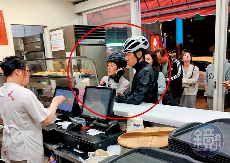 上個月初晚上,林彥君(左)跟圈外男友(右)到天母吃東西,兩人停好車後走入櫃位點餐。(讀者提供)