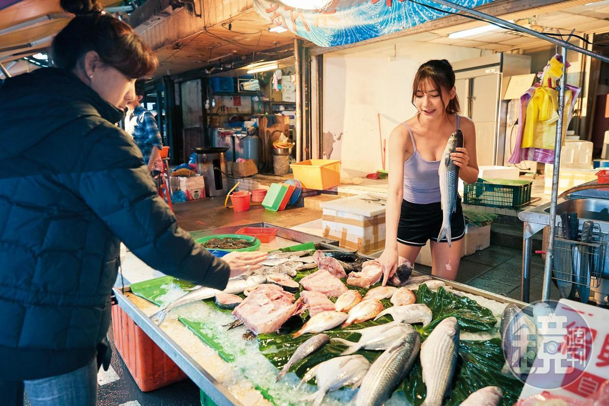 阿澎(右)家裡是魚販,只要假日她都會幫忙賣魚。