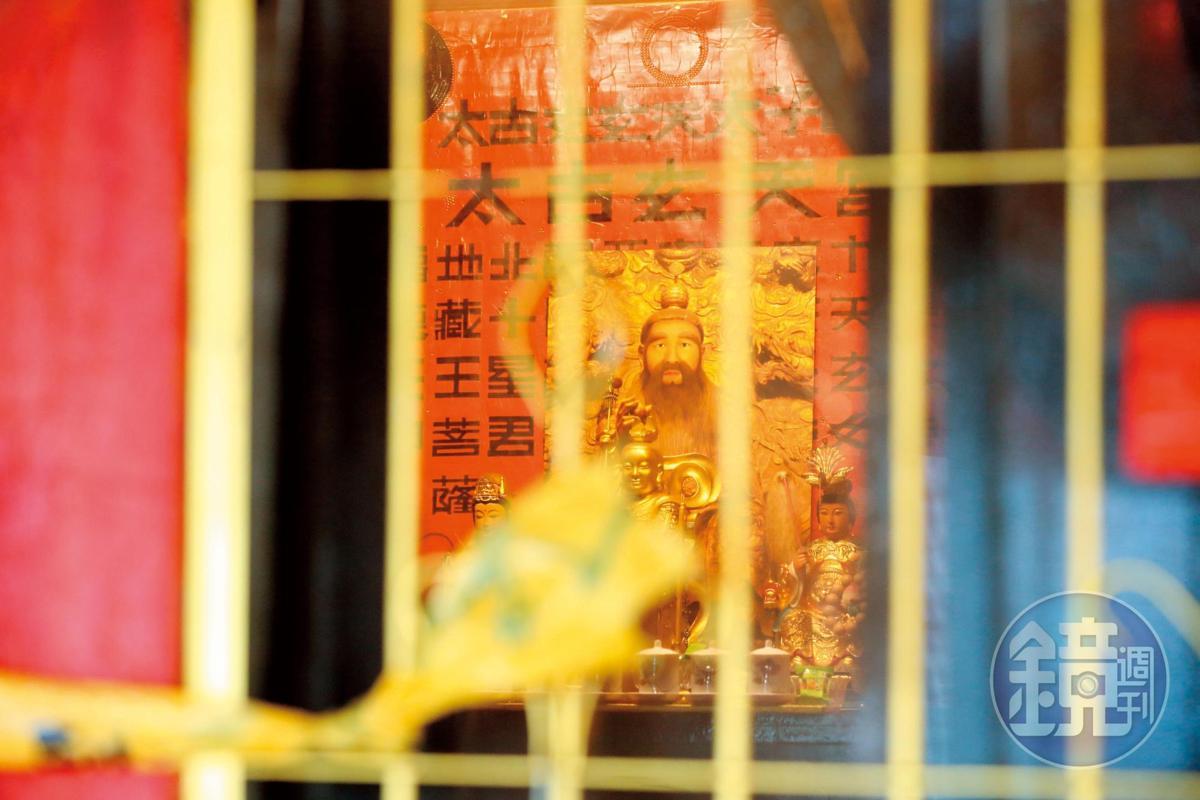 死者住家客廳的神壇依舊燈火通明,但主人已離奇死亡。