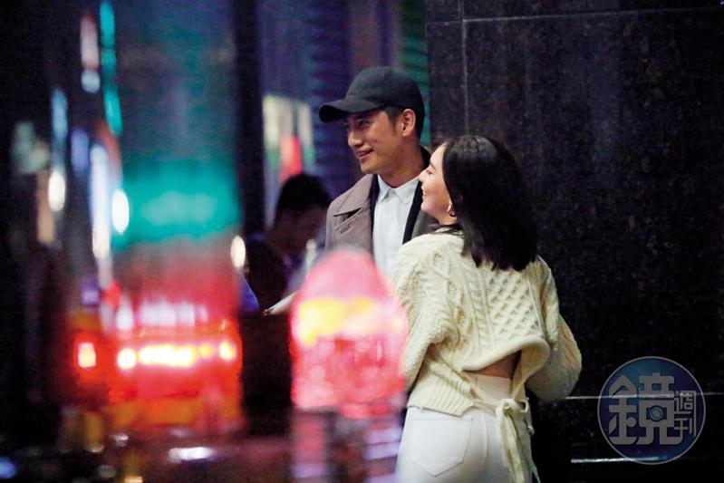 2018年12月25日01:44,周孝安(左)和女友Doris走出KTV友人聚會,舊情復燃有一撇。
