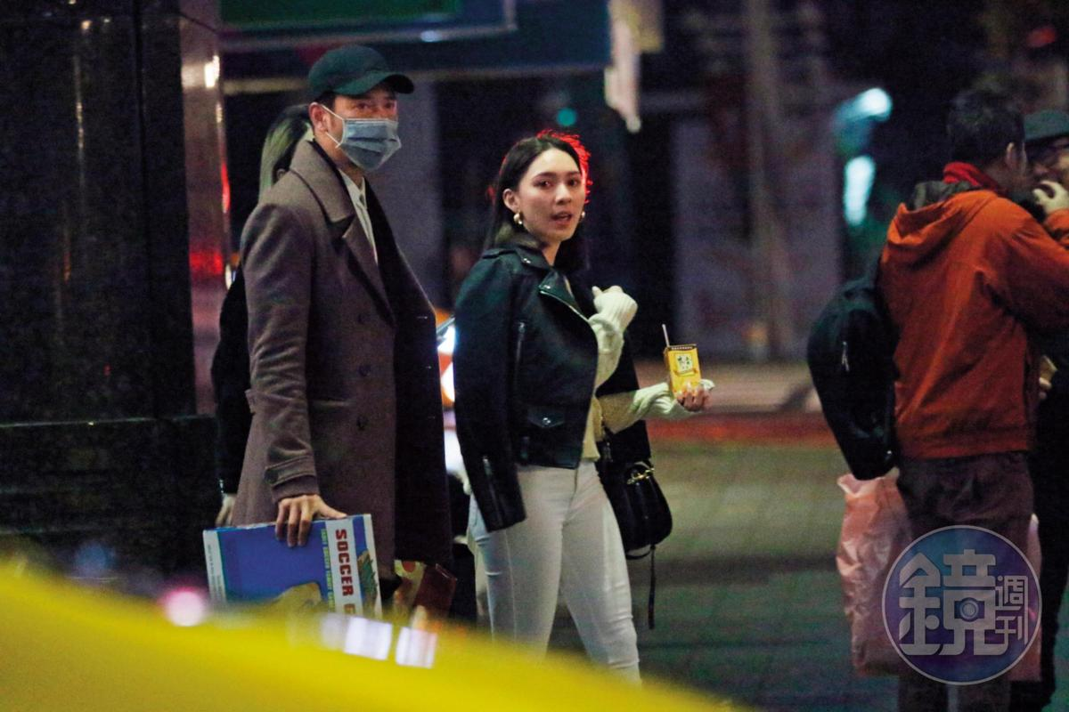 02:17,周孝安和女友Doris在路邊等計程車,周孝安戴著口罩,手上拿著剛抽到的交換禮物。