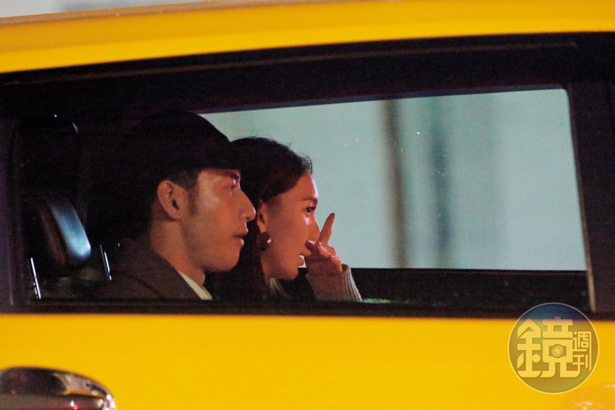 02:25,周孝安和女友搭乘計程車返回五股愛巢,之前戀情曝光也是在同個地點。