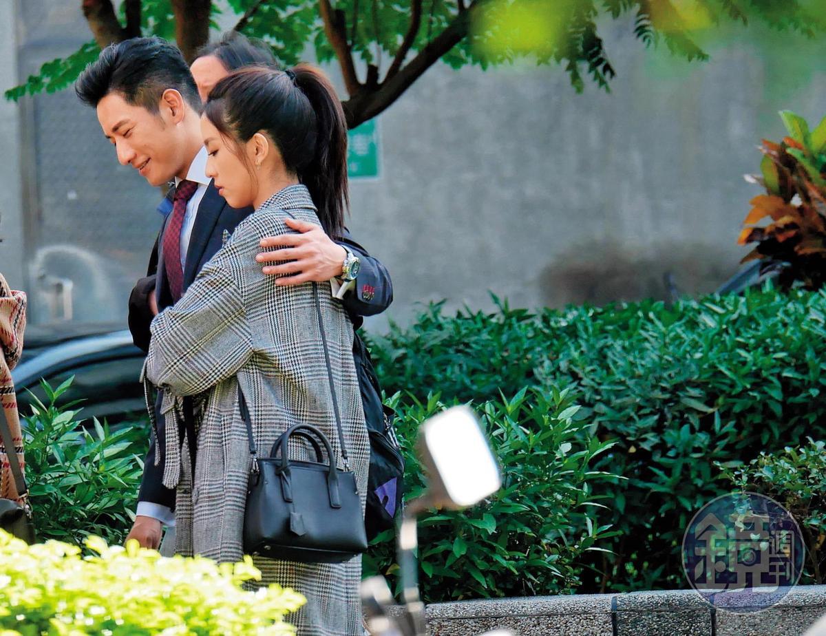 2018年12月19日11:28,周孝安拍戲出外景,在等戲時自然的將手搭上周曉涵(右)肩膀,模樣曖昧。