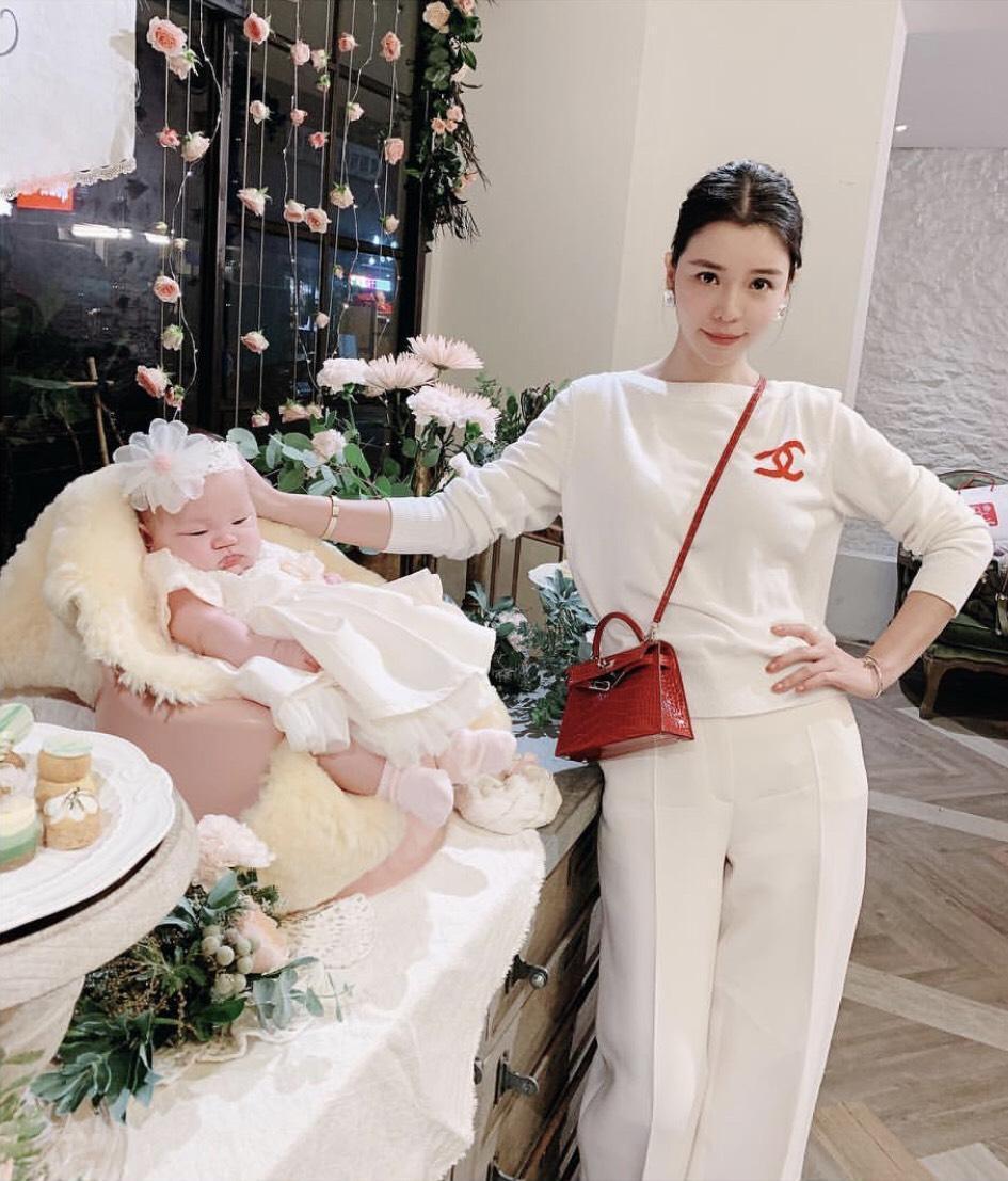 李毓芬以貴氣的紅色鱷魚皮Kelly包搭配一身白色服裝。(翻攝自李毓芬IG)