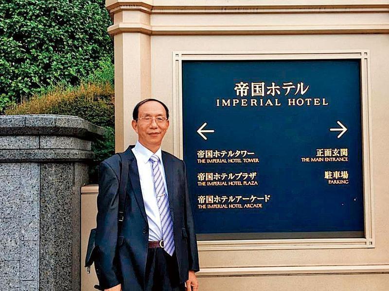 鄭世曜是台灣長工會成員,曾赴日旅遊並順道探視謝長廷,還在知名的帝國飯店前拍照留念。(翻攝鄭世曜臉書)