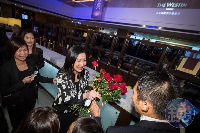 六福集團員工送給董事長莊豐如象徵愛與祝福的紅玫瑰,現場瀰漫著不捨的氣氛,莊豐如更是忍不住數度落淚。