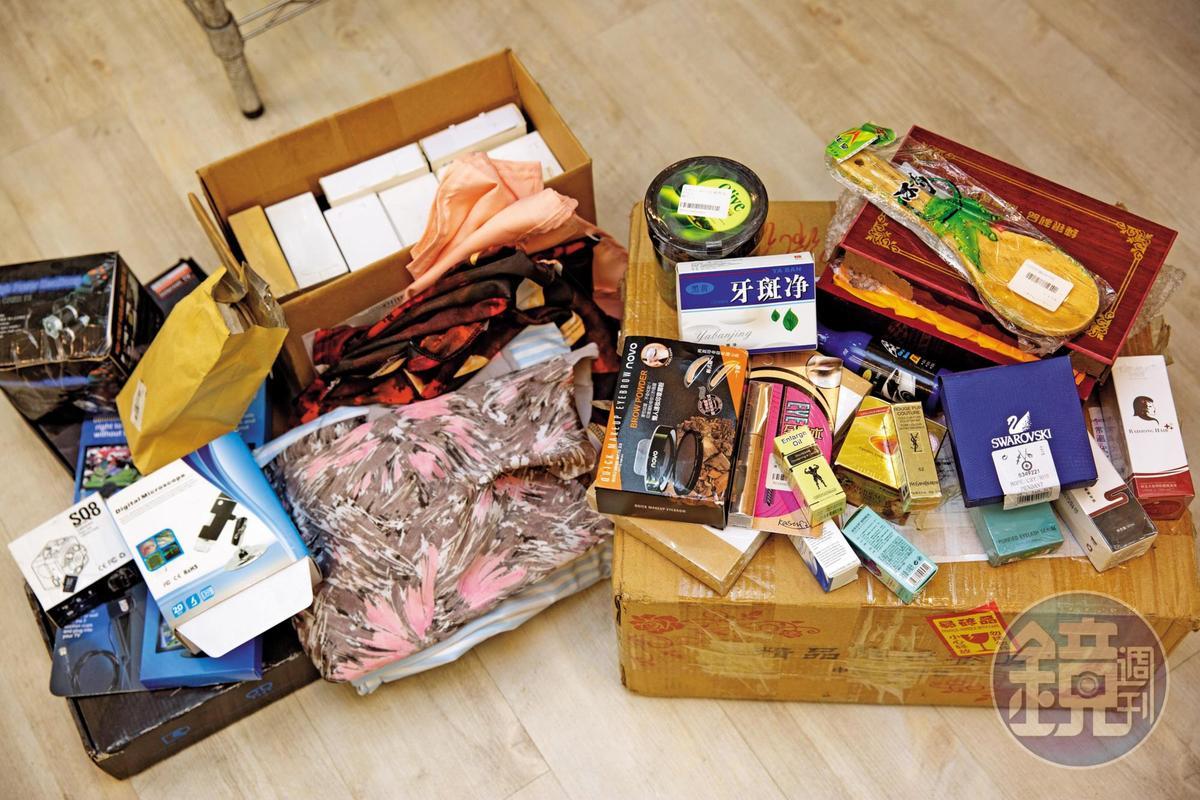 網路拍賣社團販售盲包,琳瑯滿目的內容不乏山寨名牌飾品口紅、潔牙劑和壯陽藥。