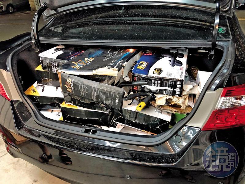 阿樹採購500公斤盲包,內容物外裝破損,南北往返換貨,裝滿整個後車廂。(讀者提供)