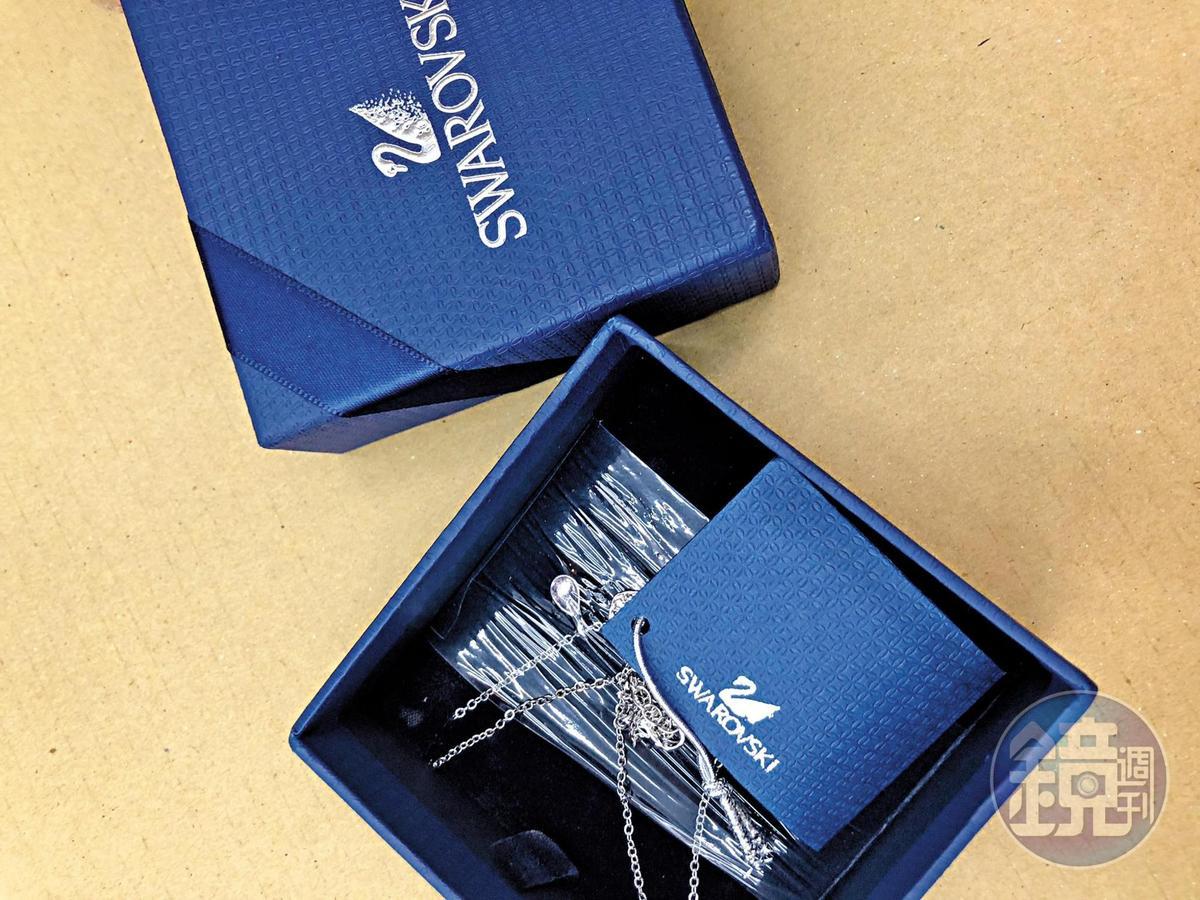 盲包內有不少山寨版名牌鑽飾,包裝品質不堪。(讀者提供)