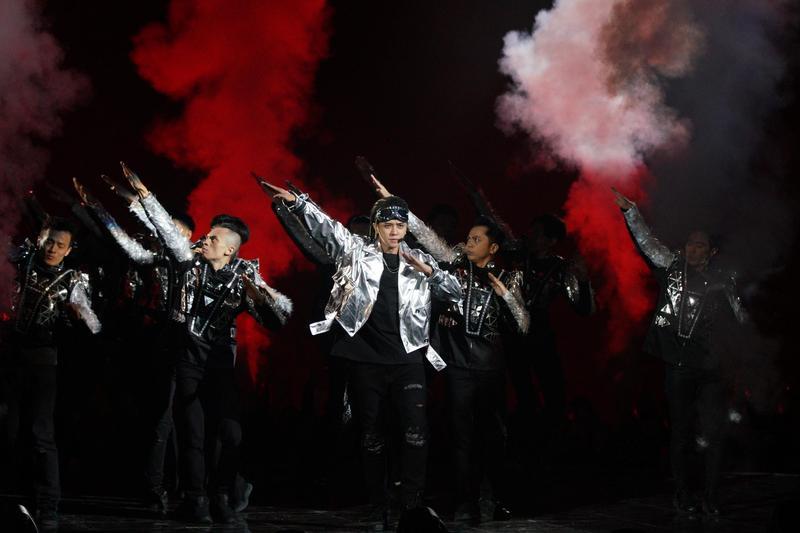 羅志祥在湖南衛視跨年演出,大秀酷帥舞技。(EMI提供)