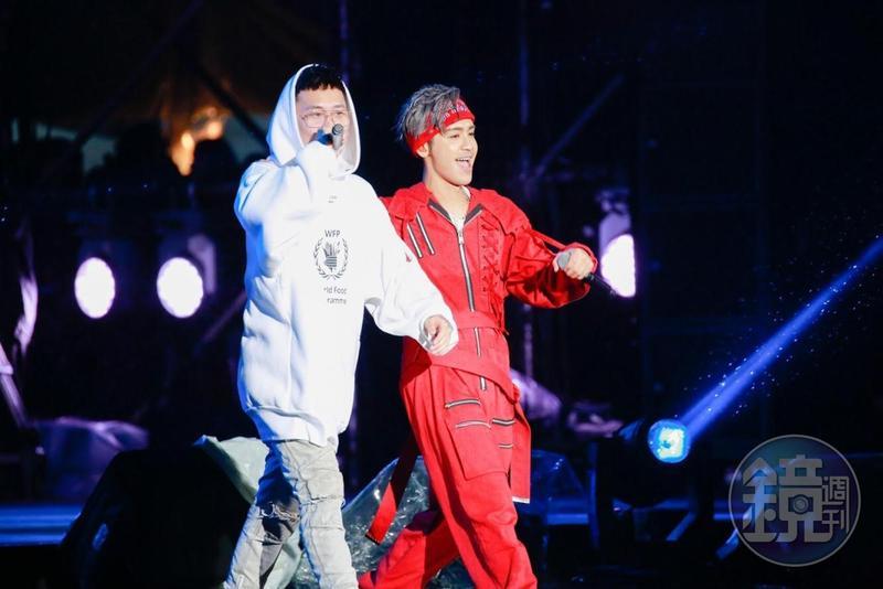 鼓鼓(右)與蕭秉治2人聯手表演,嗨翻台北市政府前廣場。