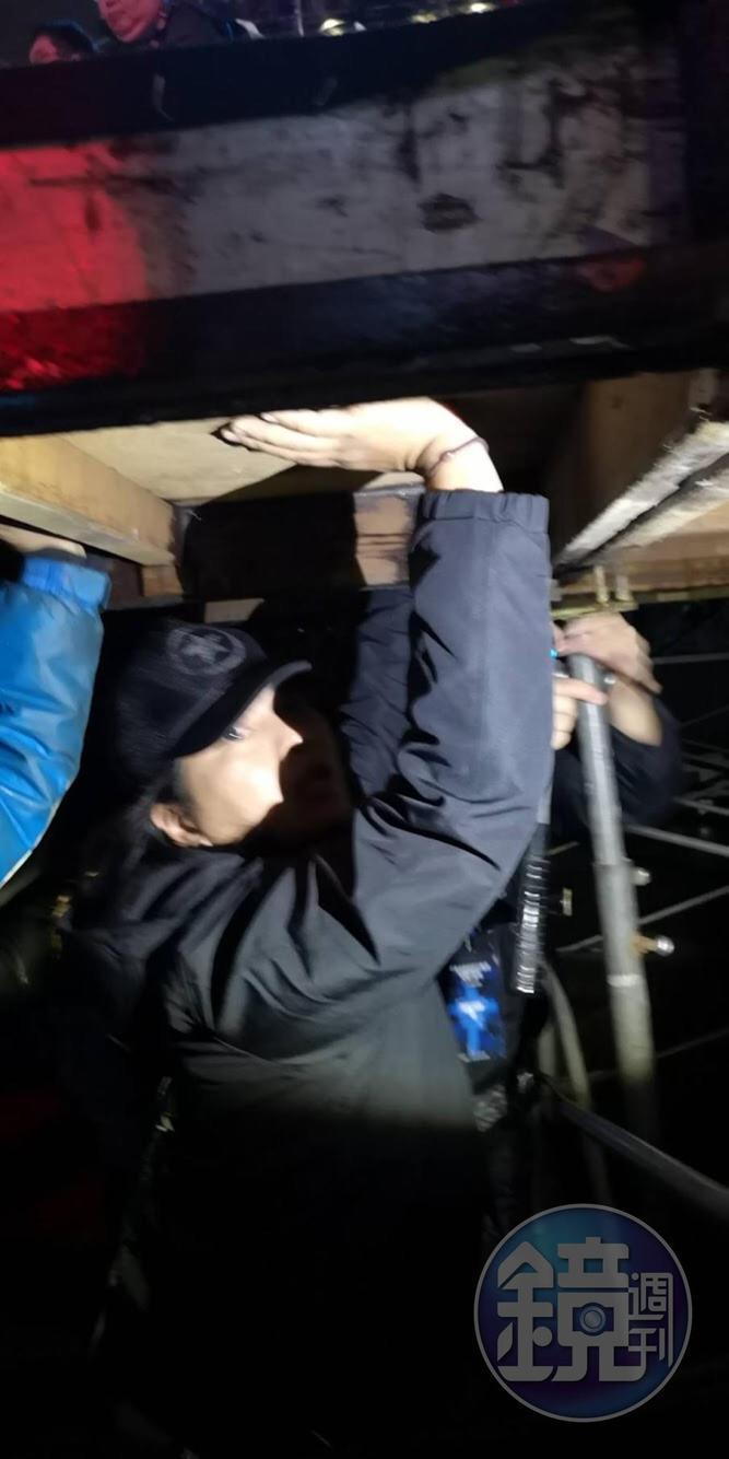 高台底下並無支柱,工作人員趕緊在底下補強。