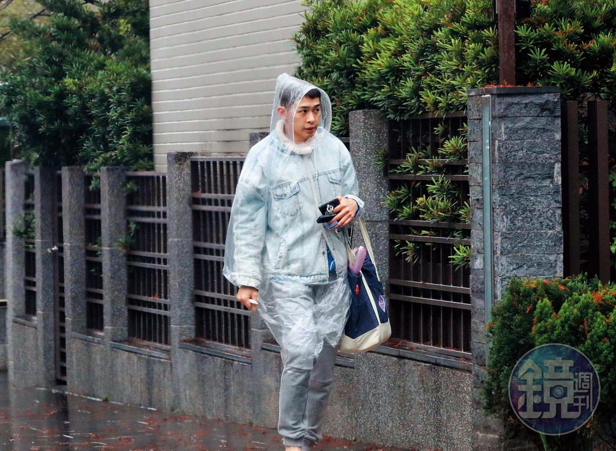 12/28 12:45 孫瑋廷帶著浮腫的雙眼出門買菜,姿態中略顯嬸味,頗有家庭主婦的風範。